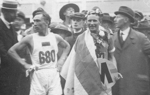 Hannes Kolehmainen ja Jüri Lossman Antwerpenin olympiamaratonin maalissa. Lossman hävisi vain 13 sekuntia. Kuva: Suomen Urheilumuseo.