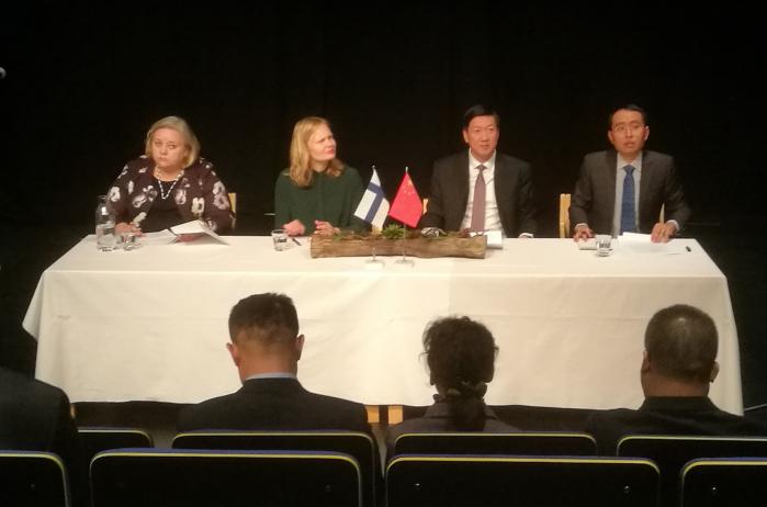 Rovaniemellä pidetyssä ministeritason lehdistötilaisuuteen osallistuivat Suomen tiede- ja kulttuuriministeri Hanna Kosonen ja Kiinan varaurheiluministeri Gao Zhidan.