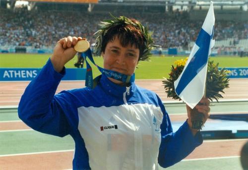 Marjaana Väre voitti kultaa naisten keihäänheiton F42–46-luokassa Ateenan paralympialaisissa vuonna 2004.