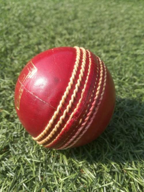 Krikettipallo painaa noin 160 grammaa. Pallo keskiosa on valmistettu korkista, jonka ympärille kierretään puuvillalankaa. Nahkapäällys koostuu kahdesta ympyrän muotoisesta palasta, jotka ommellaan yhteen. Ompele vaikuttaa pallon liikkeeseen ilmassa ja siihen, miten pallo pomppii. Syöttäjät hankaavat palloa reiteen, koska pallon kiilto vaikuttaa sen käyttäytymiseen. (Kuva: Jari Kanerva; kuvatekstin tietolähde: www.cricketfinland.com)