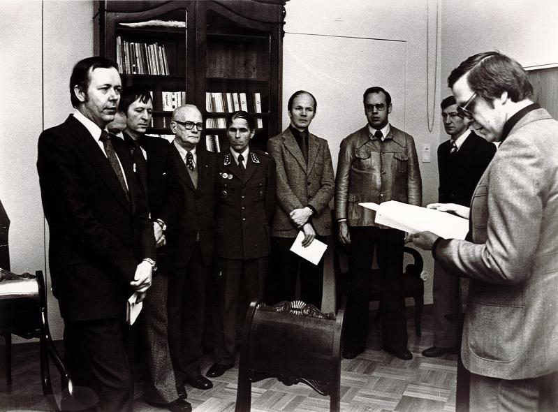 Ministeri Kalevi Kivistö vastaanottaa mietintöä työhuoneessaan. Kuvassa vasemmalla LTS:n silloinen puheenjohtaja Juhani Perttunen. Kuva: LTS:n arkisto.