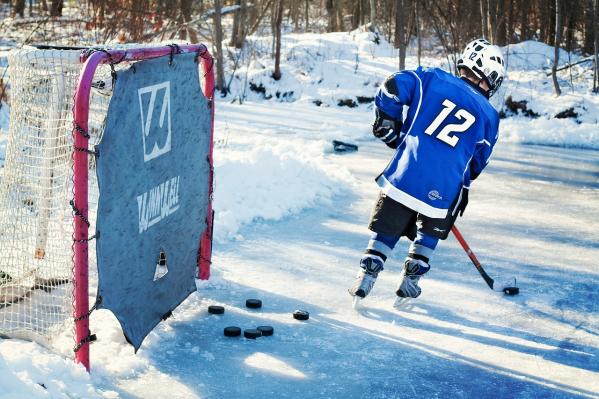 Jääkiekkoilija treenaamassa ulkojäällä.