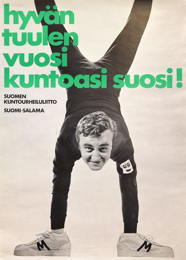"""Suomen kuntourheiluliiton julistekuva, jossa mies seisoo käsillään ja on teksti """"hyvän tuulen vuosi kuntoasi suosi!"""". Kuva: Urheilumuseo."""