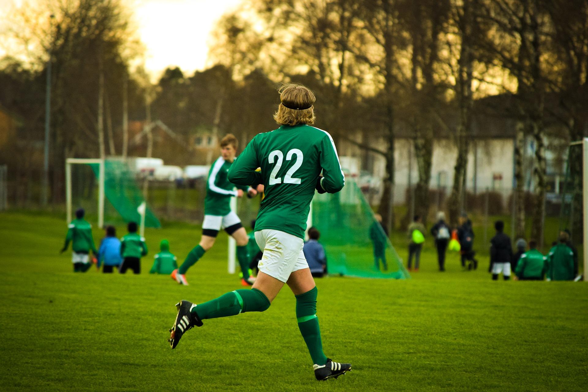 Jalkapalloilija kentällä.