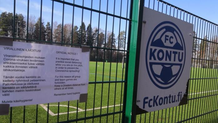 Kuva jalkapallokentän portista, jossa on ohjeet koronavirusepidemian aikaiseen harjoitteluun kentällä.