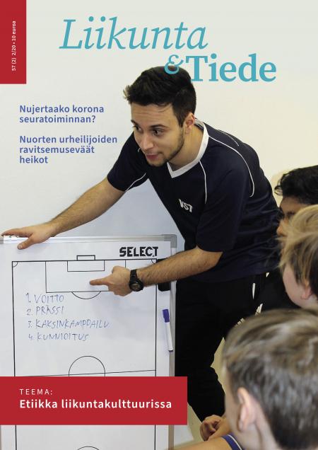 Liikunta & Tiede -lehden 2/2020 kansikuvassa valmentaja ohjeistaa joukkueensa pelaajia.
