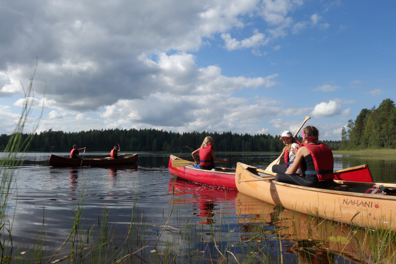 Luontoliikuntapäivään kuulunut melonta oli uusi liikuntamuoto monille lapsille. Vesillä liikkuminen kysyi myös yhteistyötaitoa kaverin kanssa. Kuva: Minna Jokinen.