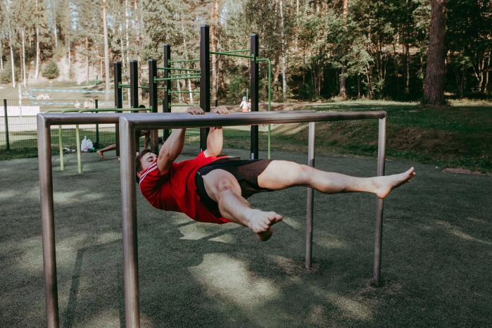 Haara-etuvaaka on yksi etuvaa'an liikekehittelyistä. Monia kehonpainoliikkeitä voi raskauttaa pidentämällä tavoitesuoritusta vastustavan kehonosan vipuvartta. Kuva: Milla Vahtila.