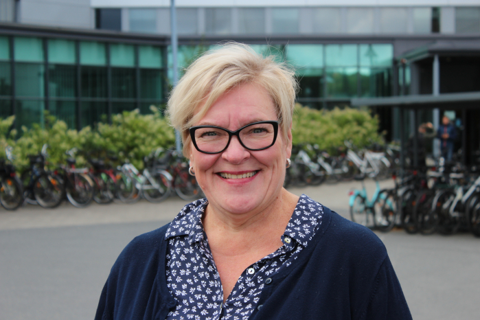 Professori Taina Rantanen kuvattuna Jyväskylän yliopiston pihalla.