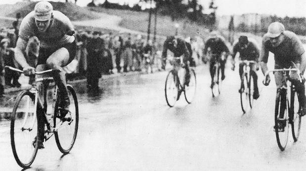 Sotainvalidi Albin Andersson voittaa maantiepyöräilyn Suomen mestaruuden vuonna 1944. Kuva: Pelle Björkmanin arkisto.