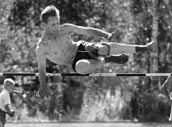 Tuntematon korkeushyppääjä 1950-luvulta. Kuva: Urheilumuseo.