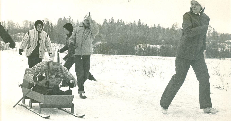 Lahja Hämäläinen kilpailemassa kelkkahiihdossa vuonna 1966/1967. Kuva: VAU ry:n arkisto.