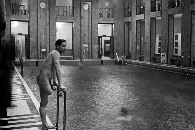 Uimareita Yrjönkadun uimahallissa. Kuva: Väinö Kannisto/Helsingin kaupungin museo.
