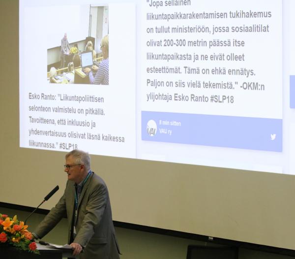 Ylijohtaja Esko Ranto opetus- ja kulttuuriministeriöstä esittelee valmisteilla olevaa liikuntapoliittista selontekoa.