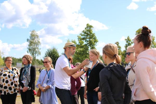 Luontoliikunnan käytännön demojen Aistiteltta-pisteellä Erwin Borremans (Ammattiopisto Live) testasi osallistujien tuoksutuntemuksia.