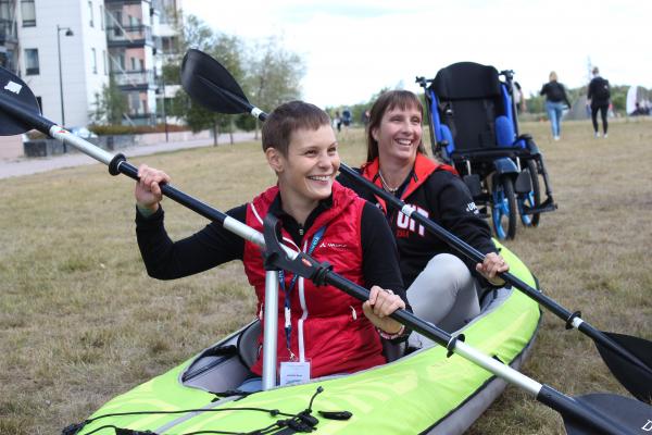 Malike-keskuksen demopisteellä päästiin kokeilemaan erilaisia liikuntarajoitteisille ja vaikeasti vammaisille soveltuvia luontoliikuntavälineitä.