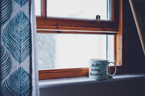 Kahvikuppi ikkunalaudalla