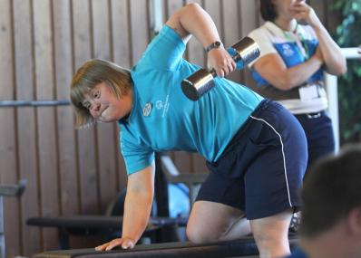 Nuori nainen harjoittelee kuntosalilla